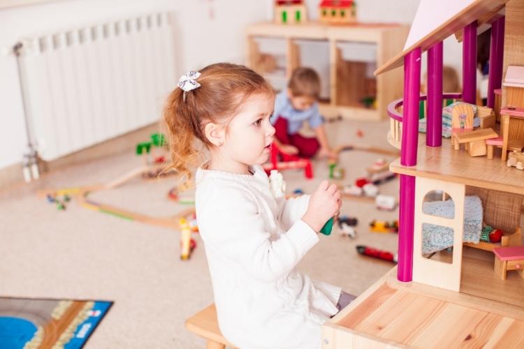 Kind speelt met poppenhuis