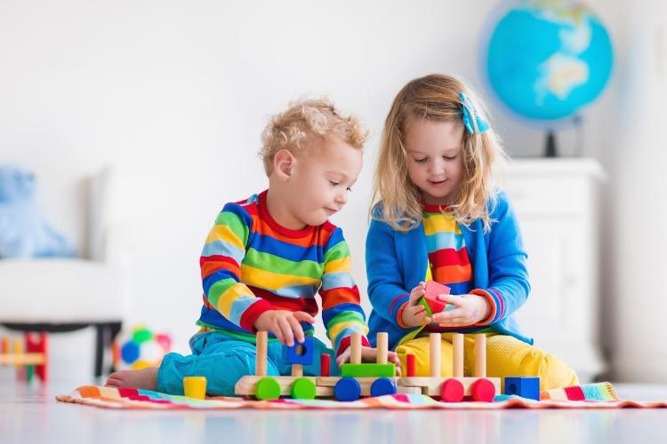 Twee kinderen spelen met speelgoed